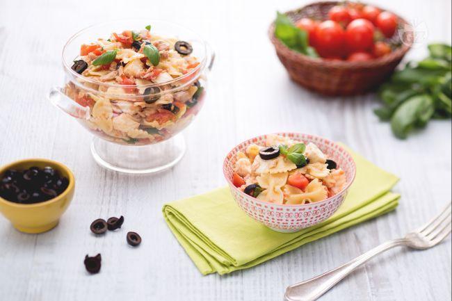 L'insalata di pasta Mediterranea è una fresca pietanza, preparata con ingredienti semplici e leggeri, come i pomodorini, il tonno, e la mozzarella.