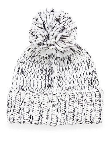Michael Michael Kors chez Simons   Une maille dense et enveloppante en agencement noir et blanc pure mode   Forme surdimensionnée ultra tendance accentuée d'un large revers côtelé et d'un pompon imposant   Écharpe coordonnée également disponible