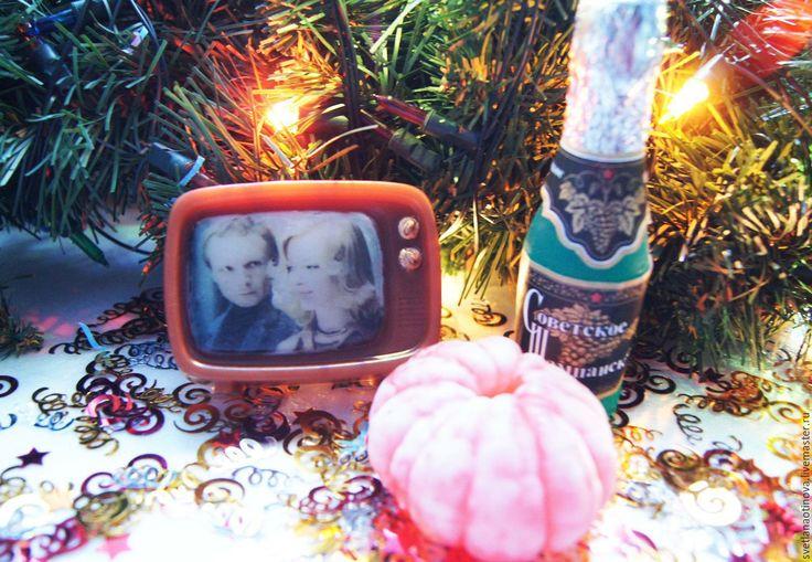 Купить или заказать Набор мыла ручной работы 'К Новому году готовы!' в интернет-магазине на Ярмарке Мастеров. 31 декабря каждого года почти во всех семьях, наверное, очень похоже. Шампанское стынет в холодильнике и ждет боя курантов, дома пахнет мандаринками и хвоей, елочка наряжена и сверкает своими огнями, а телевизор вещает любимые бессмертные фильмы. Мой набор разве что 'Оливье' не включил в себя, но самое главное в нем есть.