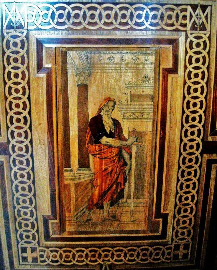 Boiseries de la chapelle du château de Chantilly, St Paul- ECOUEN, CHAPELLE, LES 12 APOTRES, 4: En l'absence de tout relevé précis avant démontage, on ignore dans quel ordre les apôtres étaient disposés: l'hypothèse présentée ici en est une parmi d'autres. La moitié des panneaux a dû être refaite à neuf ou en grande partie au moment du remontage à Chantilly par Drouard. On constate une esthétique différente dans les panneaux neufs, qu'on peut comparer à ceux relevés par Percier.