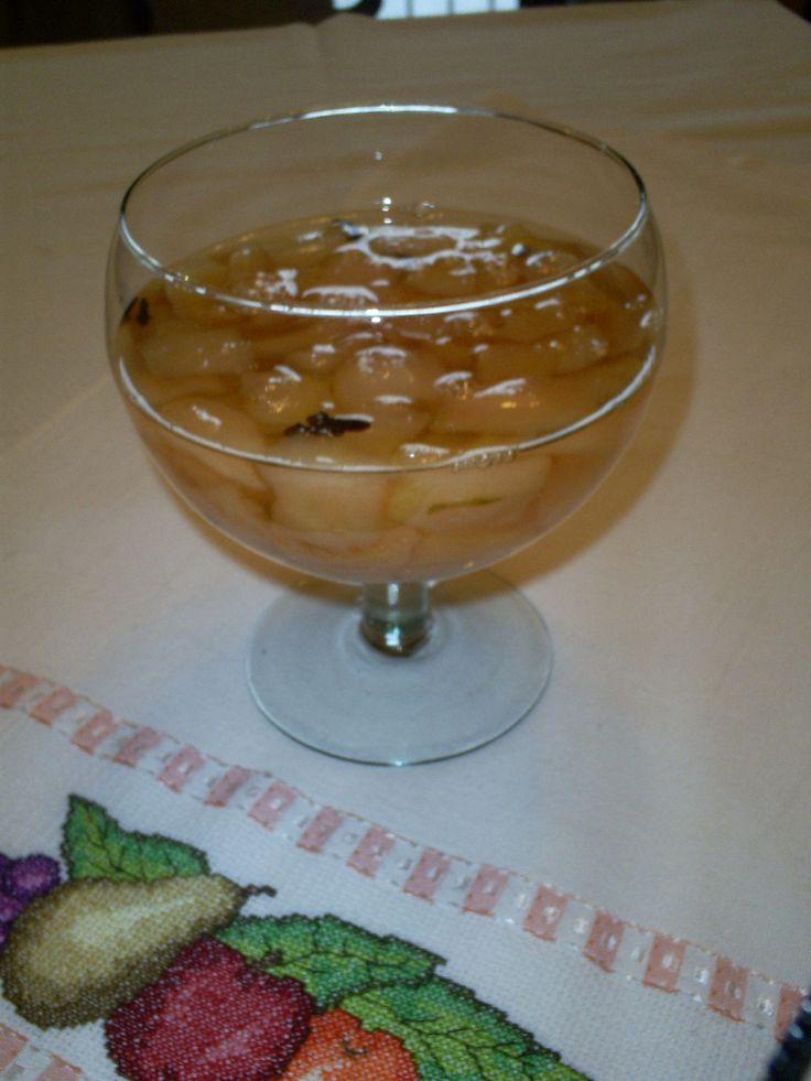 6 peras asiáticas ou pera de inverno (são mais durinhas)  - 1 kg de açúcar  - 700 ml água  - 6 cravos  - 1 canela em casca  -