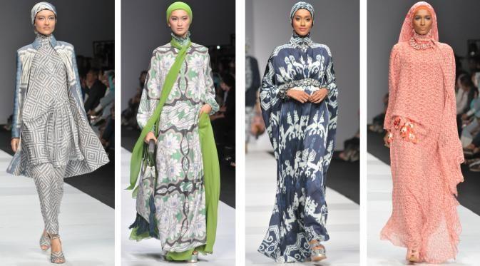 Eksotisme Mewah & Eksentrik Itang Yunasz di Jakarta Fashion Week