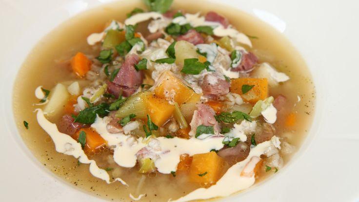Suppe med knokekjøtt - Sellerirot, svineknoke, gulrøtter, poteter og persille skal med i suppen.