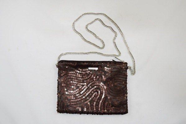 Bolso Wave LeCortes forrado en tul de color marrón chocolate. Cierre de cremallera y fina cadena de eslabones plateados. Diseño con aplicación de lentejuelas y forro interior confeccionado en satén.