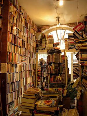The Abbey Bookshop, a hidden Paris gem. Filled with words & jazz music, the tiny, warm space makes every day there feel like a rainy day... (29 Rue de la Parcheminerie 75005)