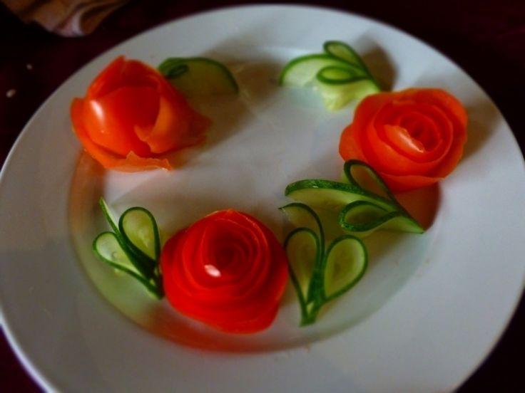 Teller verzieren mit Tomaten-Rose und Gurken-Blätter
