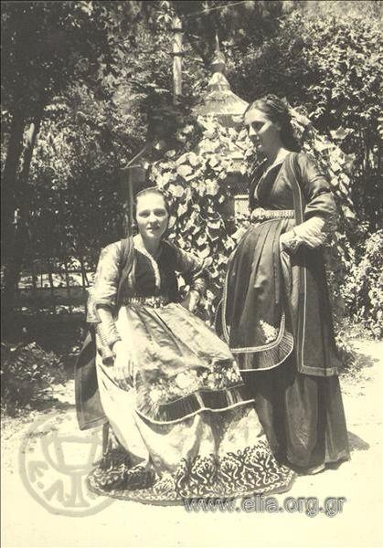 Εορτασμοί της 4ης Αυγούστου: γυναίκες με  παραδοσιακές φορεσιές του Μετσόβου 1937. Nelly's (Σεραϊδάρη Έλλη)