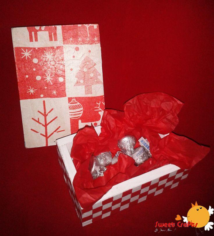 Caja cuadros navideños decoupage Obsequia en estas navidades una bonita caja de madera llena con chocolates kisses de Hershey´s. Ordena tu pedido ya!. #christmas #christmasthree #gifts #ILoveSweetCrafts Técnica: Decoupage, acrílico sobre madera