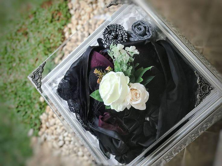 Kimono berwarna hitam dengan bahan tipis namun tetap nyaman serta dalaman dengan motif cantik yang kami dekorasi dengan bunga mawar putih agar terlihat indah.  _______ Seserahan  by Rose Arbor is available for rent/purchase Reach Dita 081232008600 Lina 085289021272 Rent starts from 175/tray (per Tray NOT Per SET)  #seserahan #seserahankawin #kotakseserahan #kotakhantaran #seserahannikah #seserahankahwin #seserahanlamaran #seserahanpernikahan #seserahanperkahwinan #hantaran #hantarankawin…
