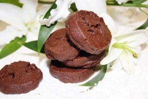 Шоколадное печенье от Пьера Эрме  175 г муки 30  г какао 5 г соды 150 г шоколада (70% какао), растопить 150 г мягкого сливочного масла 120 г сахара 50 г очень мелкого сахара или сахарной пудры 1/2 ч. л.  Fleur de sel 1 ч. л. ванильного экстракта