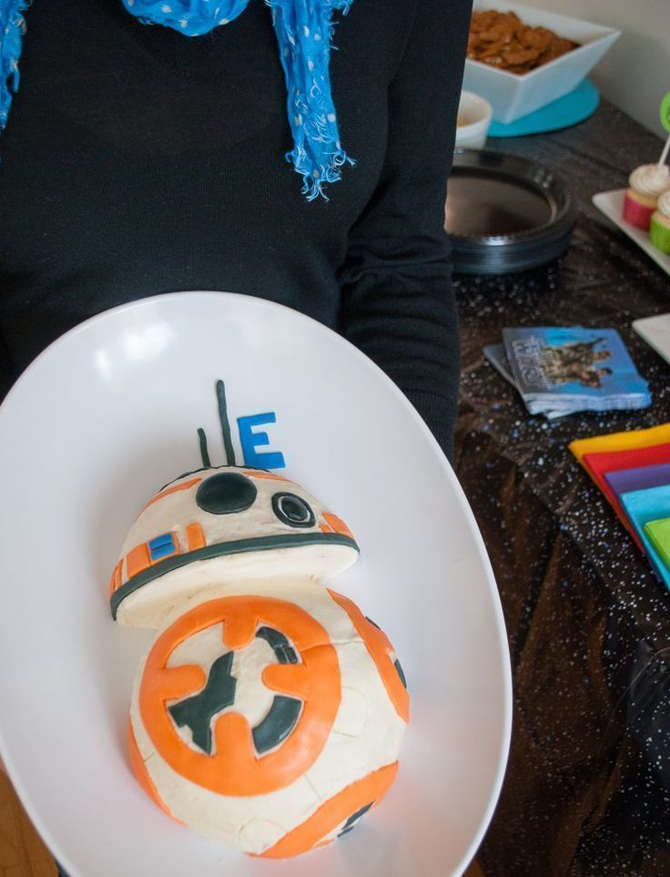 See how to decorate an Easy Star Wars BB-8 Birthday Cake in just one evening! Easy BB8 Cake for a Star Wars birthday party. #starwars #bb8 #cake #party