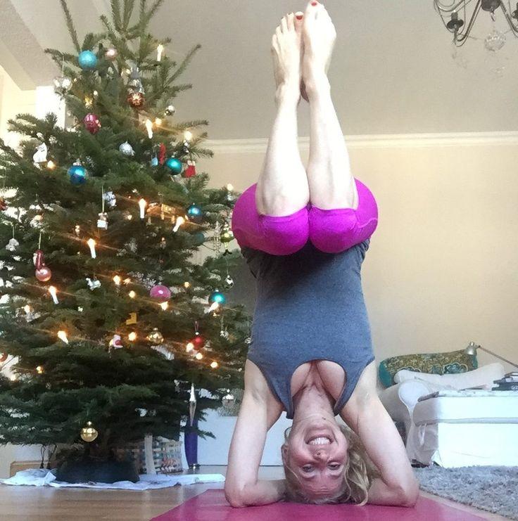 Entspannte Weihnachten – mit Yoga & mehr Die Feiertage rollen auf dich zu und du rennst noch mit Lametta im Haar von Einkaufszentrum zu Einkaufszentrum? Nimmst im Akkord die Pakete für alle 25 Nachbarn entgegen und bist von 10 – 23 h an allen Feiertagen durchgetaktet? Ok, vielleicht nicht ganz so schlimm – aber ein wenig hast du Sorge vor …