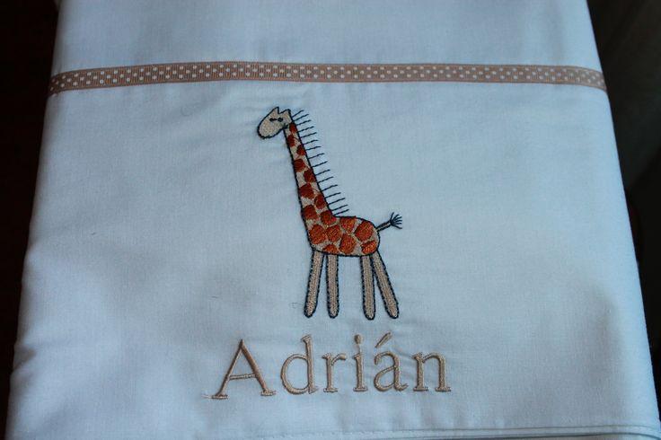 Sabana blanca con bordado de jirafa y nombre
