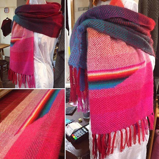 Faticosamente asimmetrico 😅 #handwoven #tessutoamano #scarf #sciarpa #scialle #shawl #rosso #red #colore #colors #asimmetria #asimmetric