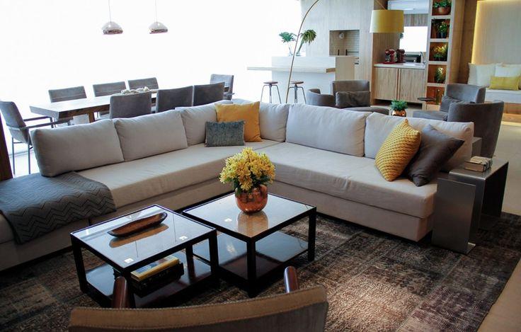 O sofá em L, da Micasa, define o living no projeto da designer de interiores Deborah Roig: um apartamento de 130 m² em São Paulo