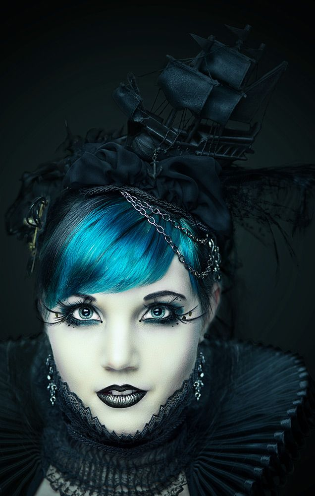 Dark Beauty von Maskenspiel. Pirate ship hat! I WILL one day have a pirate ship hat.