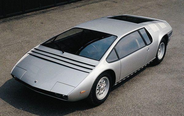 Bizzarini Manta: Premier prototype réalisé par Ital Design (Giugiaro), la Manta a la pureté d'un galet sculpté par l'eau et la nervosité d'un poisson à écailles. L'engin embarque 3 sièges de front : le conducteur au milieu et deux passagers sur les côtés. A l'arrière, un V8 Chevrolet de 400 ch, celui de la Corvette. La légende dit que la Manta a été réalisée en 40 jours seulement avant sa première exposition au salon de Turin en 1968.