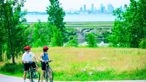 gens à vélo dans un parc - Îles de Boucherville