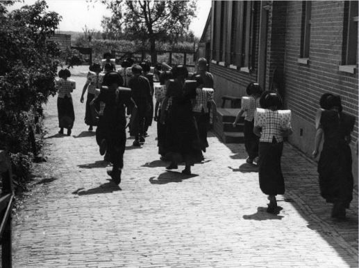 Afbeelding van een groep kinderen in klederdracht bij een school te Eemdijk (gemeente Bunschoten). 1948 WF van Heemskerck Düker (fotograaf) #Utrecht #Spakenburg
