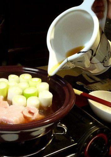 おひとりさまでも手軽に作れる、今注目の「スタンディングねぎ鍋 ... ねぎま鍋は、お出汁を張って煮込みます