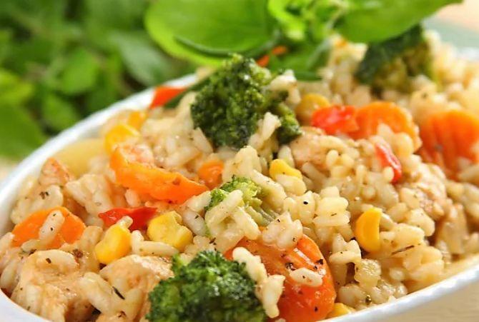 Красочное ризотто с курицей - очень быстрое и простое блюдо, которое может приготовить любой, даже начинающий повар. Ключом к приготовлению этого блюда является правильно приготовленный рис. В нашей версии варки риса мы наливаем бульон только один раз, и тушим е�