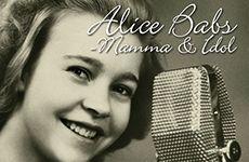 """Premiär för Alice Babs – mamma & idol. Den 2 oktober har """"Alice Babs – Mamma & Idol"""" premiär på Scalateatern i Karlstad. Det är starten på en månadslång turné där Alice Babs dotter Titti Sjöblom tillsammans med sin make gitarristen och sångaren Ehrling Elisasson och pianisten Krister Lundkvist besöker tolv städer under hösten. http://enmusamusic.com/2014/08/premiar-for-alice-babs-mamma-idol/"""
