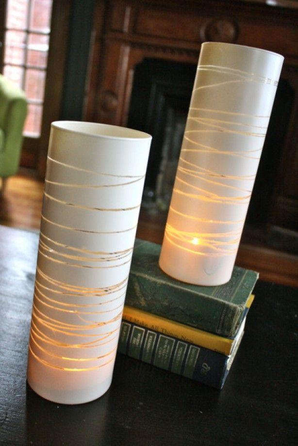 Elastiekjes om een glazen vaas binden, dan met witte verf bespuiten en na het drogen de elastiekjes verwijderen...