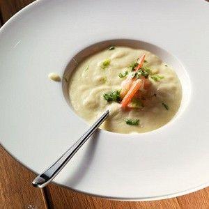 Вишисуаз — это традиционный парижский суп из порея, картошки и сливок, превращенный в пюре и поданный холодным с гарниром из рубленого зеленого лука и прочим, что нашлось в доме. Вишисуаз был придуман совсем не во французском городе Виши, а в Нью-Йорке, поваром «Ритц-Карлтона» в начале прошлого века. Повар взял классический парижский суп из порея, который едят горячим, превратил его в пюре и подал ледяным, снабдив названием, отсылающим к известному французскому курорту