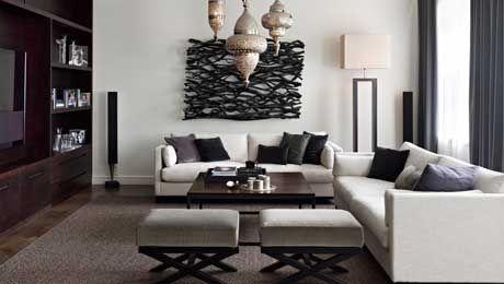 Taklampor från Marrakech design mjukar upp den i övrigt strama inredningen. Soffa Dublin, pallar Bo...