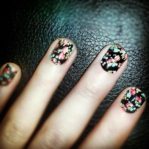 Floral #nails. #prints Photo: Maggie CoughlanNails Dreams, Floral Prints, Nails Stickers, Dreams Nails, Hair Makeup Nails, Floral Nails Art, Black Floral Nails, Nails 3, Vintage Nails