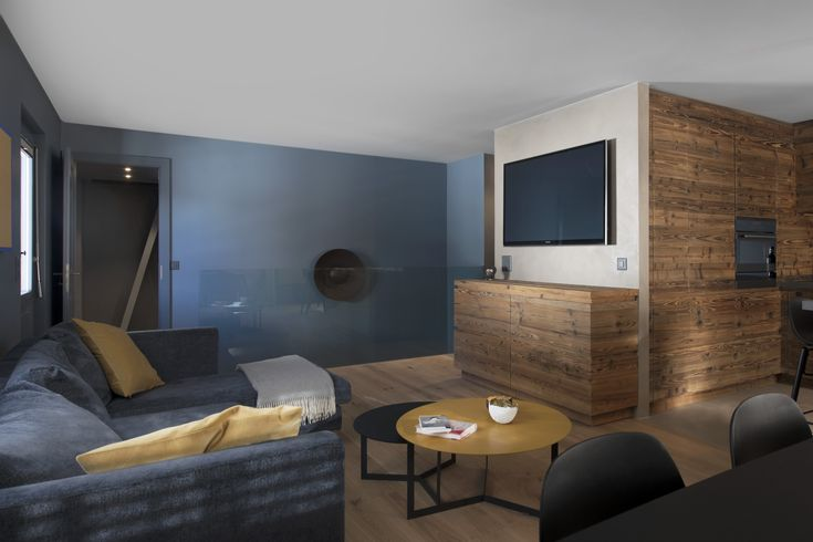 Rénovation d'une appartement à Verbier par @alparchitecture  #verbier #appartement #couloir #wood #cosy #bois #bed #lits #architecture #alp #architecture #gris #renovation #flat #parquet #peinture #living #sejour #livingroom #barriere #verre