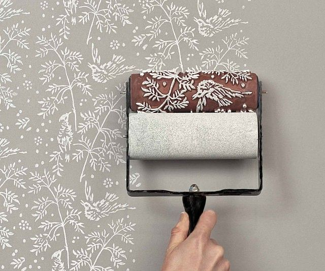 Create professional quality prints with almost no formal training when you employ the use of the pattern paint roller. This easy to use painting accessory comes imprinted with a delightful pattern you simply roll in paint and onto the wall for amazing effects.