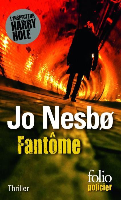 """""""Fantôme"""" de Jo Nesbø : Harry Hole avait choisi de fuir la Norvège et ses échecs. Aujourd'hui il doit revenir à Oslo pour enquêter sur le meurtre d'un dealer dont l'assassin ne serait autre qu'Oleg, son fils adoptif. Ne pouvant compter que sur lui-même pour se battre contre un système corrompu, Harry doit également affronter ses ennemis intimes : ses propres fantômes…"""