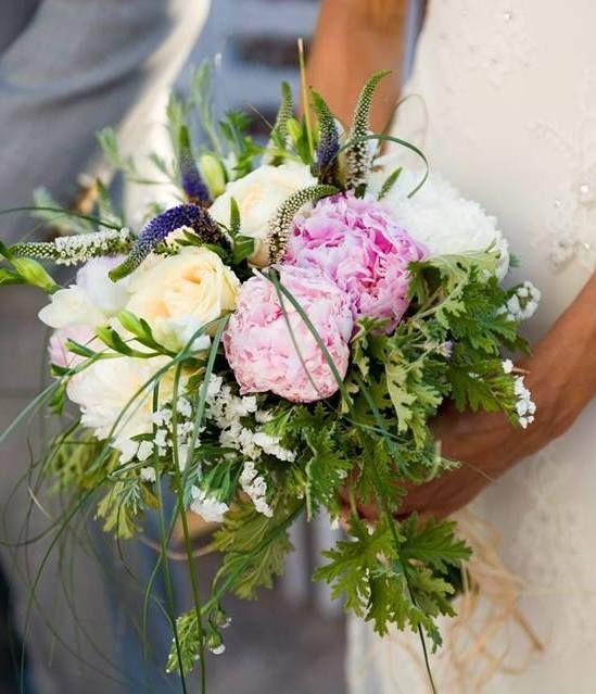 Ρομαντικη ανθοδέσμη με παιωνιες, φρεζιες και αγριολουλουδα