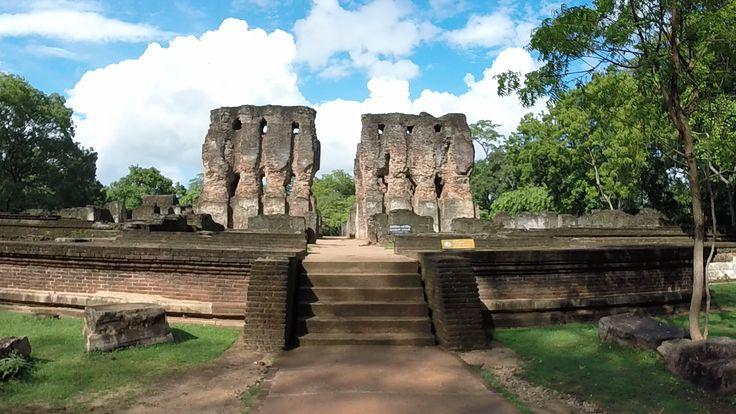 POLLONARUWA, são uma atracção do triangulo cultural (Sigiriya, Pollonaruwa, Dambulla), e embora apareça, em muitos sites e blogs, como o monumento mais espectacular. Nós achamos que a espectacularidade vem do facto de estar tão bem recuperado e preservado, de se poder circular de bicicleta (a pé seria demasiado) e de o espaço ser ocupado por tanta vegetação, como templos (ruinas de templos).
