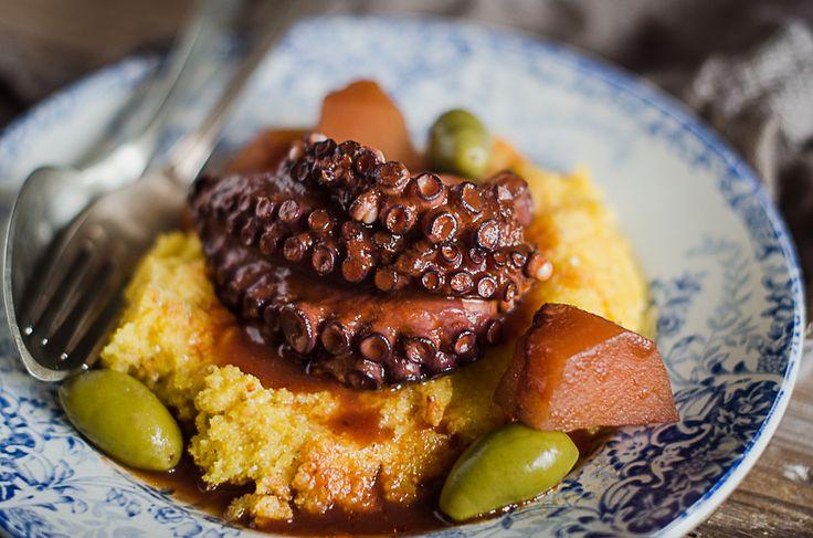Il polpo in umido è un secondo perfetto per ogni stagione, arricchitelo con passata di pomodoro, patate e olive: sarà morbidissimo.