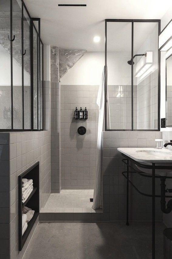 Les nuances de gris prennent la main dans cette salle de bains design.