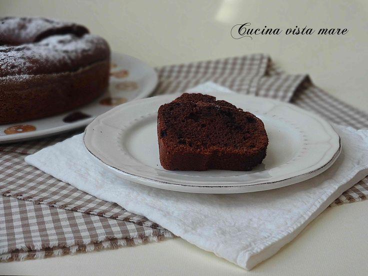 La ciambella al cacao nel fornetto Versilia è morbida, cioccolatosa e tutta da inzuppare, ideale a colazione è il dolce perfetto per i golosi di cioccolato!