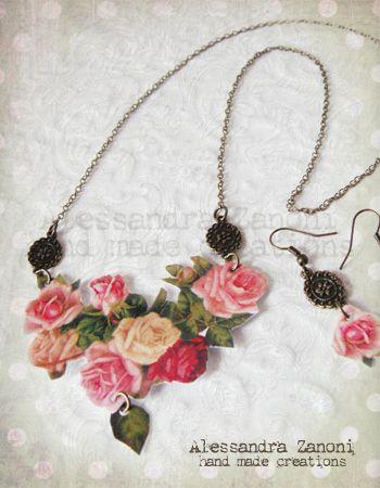 Collana realizzata con carta plastificata dal soggetto floreale con aggiunta di charms in bronzo