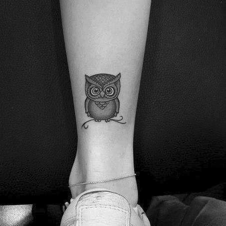 Pequeño tatuaje de un búho en la pierna. | Tatuajes de Pájaros ...