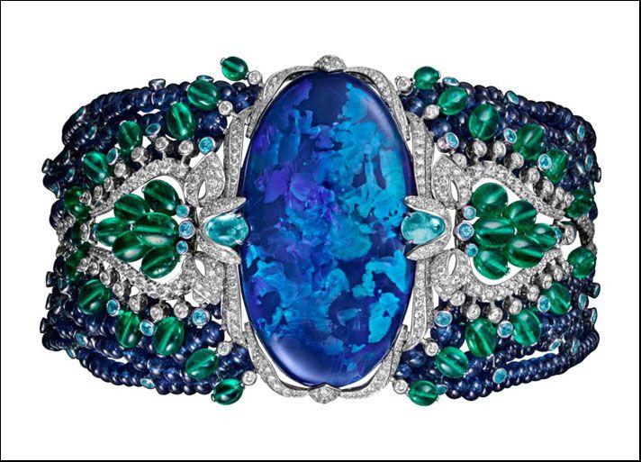 Étourdissant Cartier, bracciale Lagon in platino con un opale nero a forma ovale taglio cabochon di 85.42 carati, zaffiri, tormaline Paraiba e smeraldi a forma di perla e diamanti taglio brillante