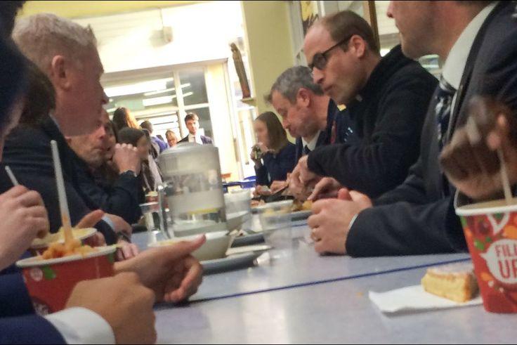 La plus insolite    Pour une surprise ça a été une surprise! Ce mercredi 13 janvier, alors qu'ils venaient déjeuner dans la cantine de leur établissement scolaire, des élèves de Stevenage, une ville de l'est de l'Angleterre, y ont découvert assis en train de manger… le prince William!