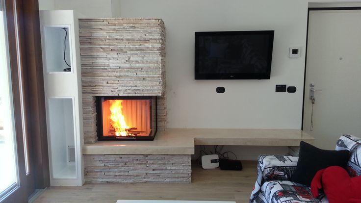 #caminetto a #legna #Varia2Rh4S #Spartherm con #rivestimento in pietra #fuocoesole