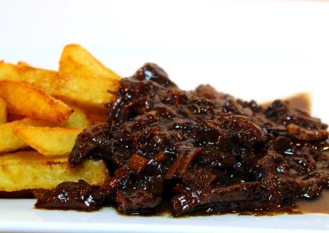 Dit recept voor Limburgs zuurvlees (zoervleisj) is helemaal niet moeilijk! Maar het resultaat is wel fantastisch! :D Lekker met goeie frieten en salade.