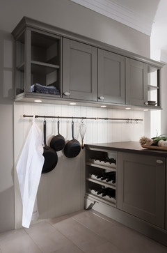Elegance in matt grey lacquer, enhanced with an ample amount of white and perfectly planned lighting. The DOMUS color demonstrates how framed fronts and characteristic details such as glass cupboards with glass side walls, can be planned to fit a young and modern style through a generous, open layout.