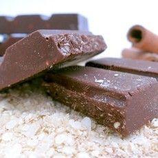 Chocolate com canela e quinoa! Sem açúcar, glúten e lactose - 54% cacau. Encontre em www.javachocolates.com.br