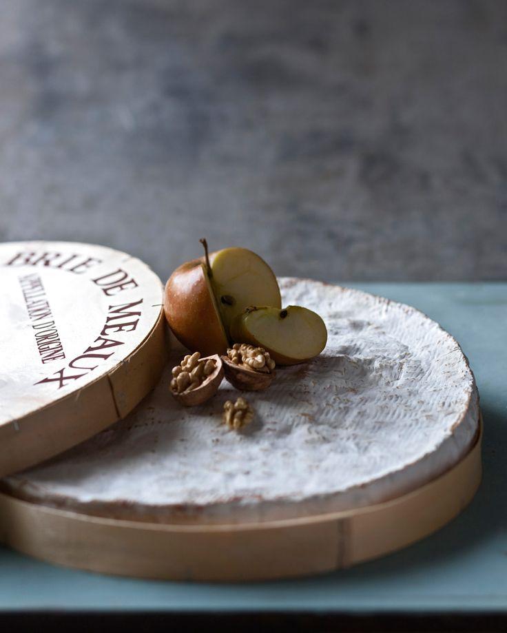 """LOS 24 MEJORES QUESOS DEL PLANETA  Brie de Meaux, Ile de France Camembert, roquefort y (cómo no) brie. La Santísima Trinidad de los quesos gabachos; y es que estamos, ni más ni menos, ante el """"queso de reyes"""": Brie de Meaux, queso de leche cruda de vaca, de pasta blanda, de corteza mohosa con una aterciopelada pelusa blanca. Perfecto para el nombre arte de untar, a la vera de los ya mencionados Vacherin Mont d´Or y Boursault Triple Crema. Imagino la escena junto a un pinot noir de Borgoña y…"""