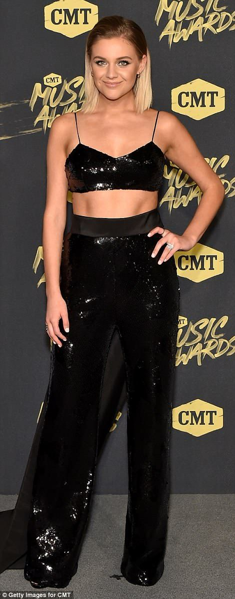 Carrie Underwood führt bei den CMT Music Awards 2018 die Ankünfte auf dem roten Teppich an