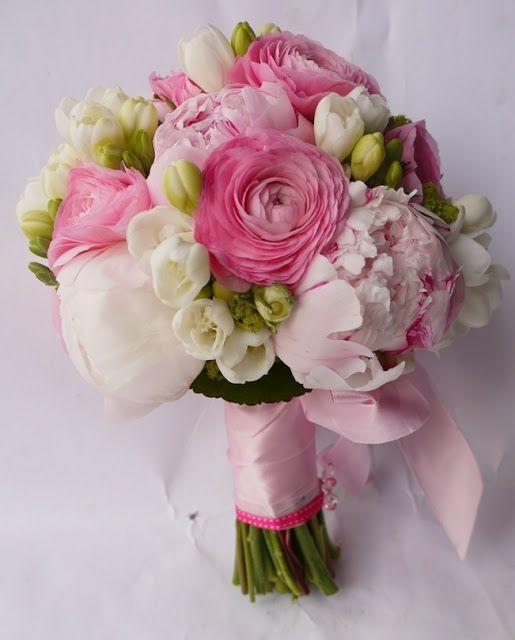 Bukiet ślubny z jasnoróżowych jaskrów, białych frezji i piwonii | Bukiety ślubne Katowice, kwiaciarnia Zielona Oliwka