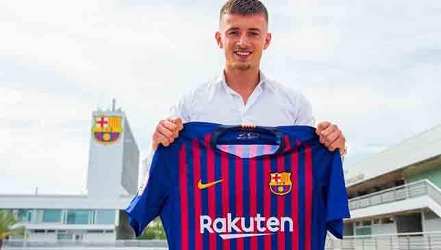 برشلونة يتعاقد مع إبن وكيل أعمال دي يونج موقع سبورت 360 ـ أعلن نادي برشلونة الإسباني عبر موقعه الرسمي على شبكة الأنترنيت عن التعاقد مع Defender La Liga Van